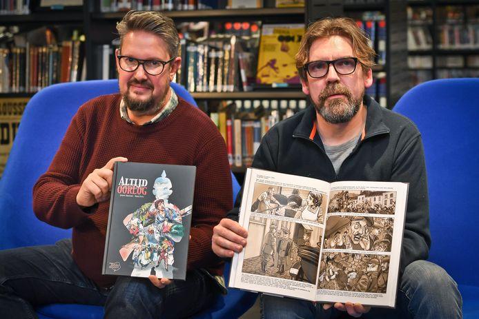 Jimmy Hostens en Rino Feys (rechts) uit Roeselare met hun strip 'Altijd ergens oorlog'.