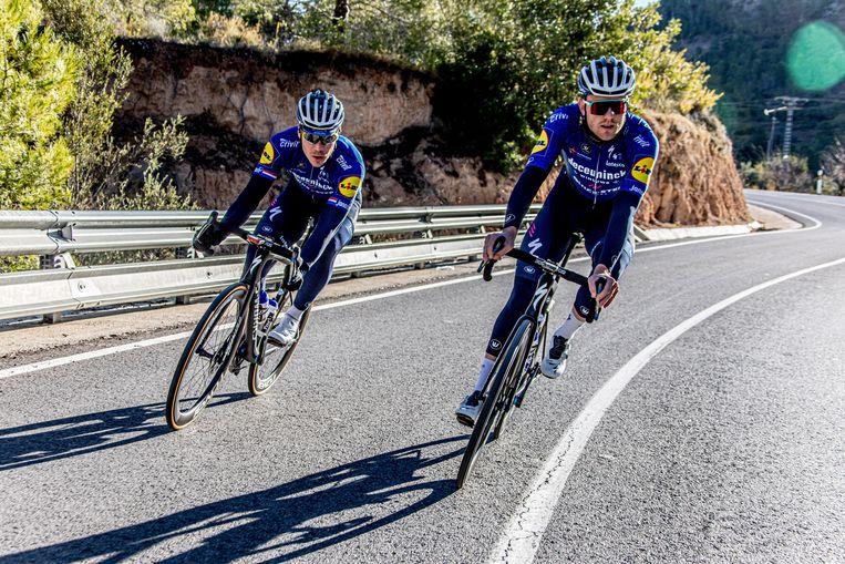 Fabio Jakobsen, hier links, op trainingskamp in Spanje. Beeld Deceuninck – Quick-Step Cycling Team