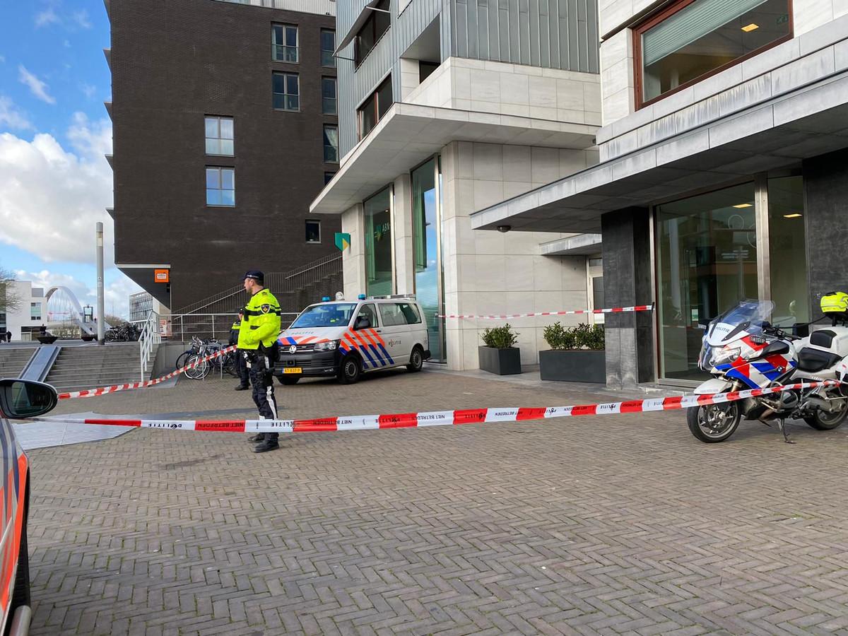 De politie onderzoekt in Maastricht een melding over een verdachte brief die is binnengekomen bij een pand aan de Avenue Ceramique. Volgens de politie is er niets ontploft.
