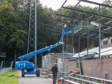 Bouw van nieuw dak boven hoofdtribune Wageningse Berg begonnen: 'We brengen het in originele staat terug'