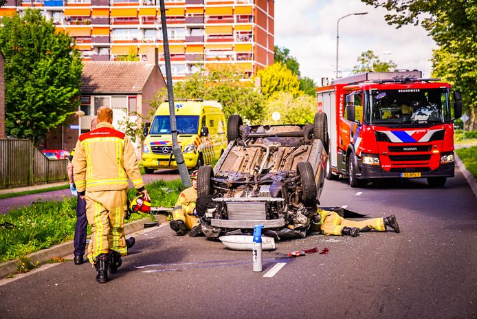 Op de Airbornelaan in Eindhoven is zondagochtend een auto op zijn dak beland.