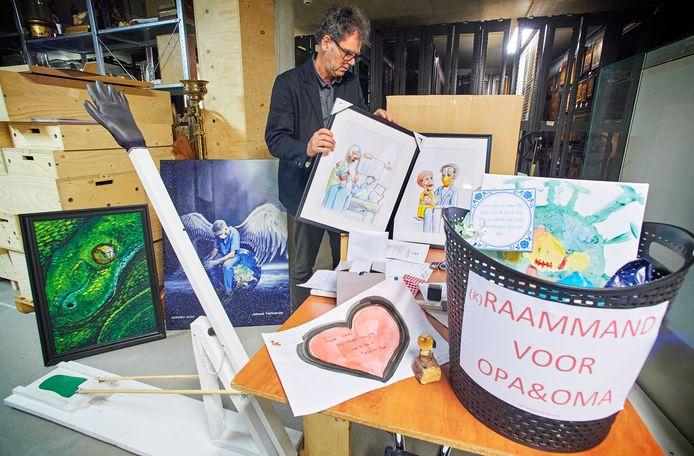 Conservator Wouter Prins bij een aantal spullen die op corona-expositie in Museum Krona in Uden te zien zijn.