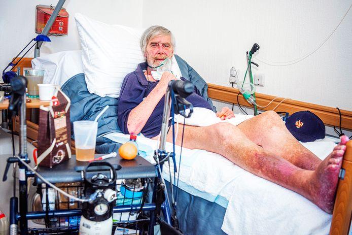 Joop Zoutenbier gebruikt zijn rollator nu maar als bijzettafeltje. Hij kan niet meer lopen.