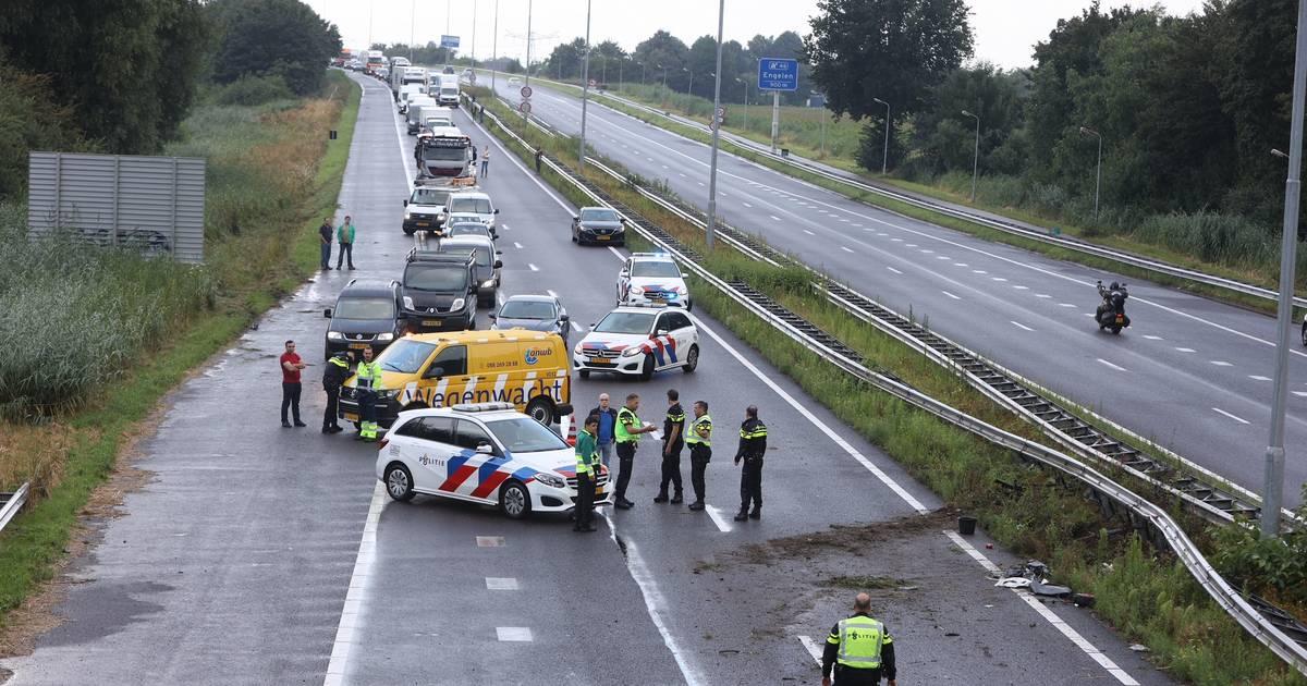 Automobilist zwaargewond bij ongeluk op A59 Waalwijk richting Den Bosch, snelweg dicht.