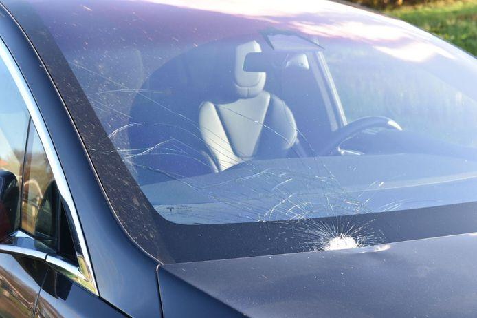 Een fietser raakte vanmiddag gewond in Steenwijk, nadat zij op de voorruit van een Tesla belandde.