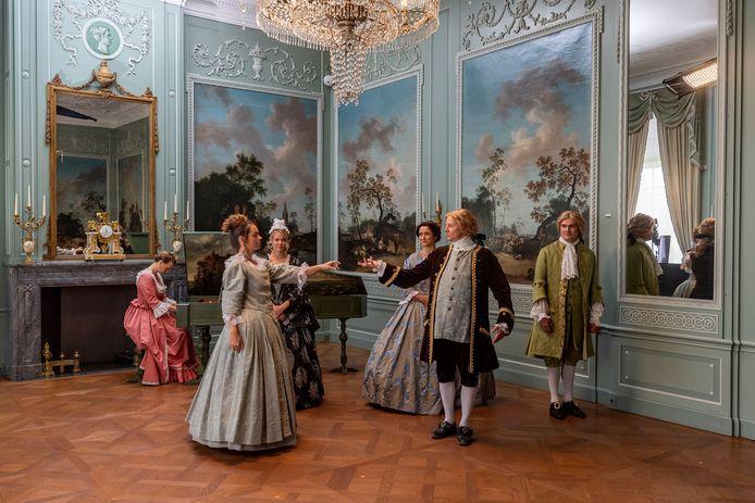 Opnames van het verhaal van de markiezin die beneden haar stand trouwt in het Markiezenhof. Het verhaal is straks te beleven in de stijlkamers.