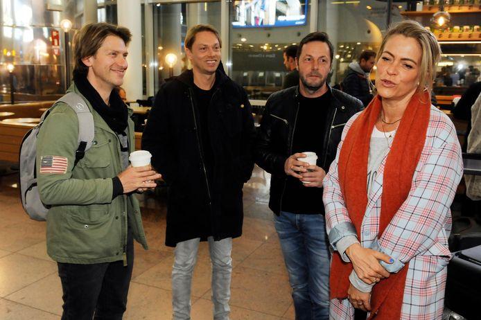 Gene Thomas, Regi, Peter Van Laet en Karen Damen maken een praatje