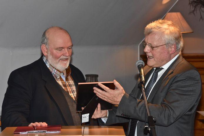 Philiep Vandoolaeghe uit Zonnebeke kreeg van voorzitter Joost Devos van Rotaryclub Menen de prijs Burgerzin