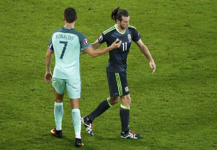 De twee duurste voetballers ter wereld treffen elkaar tijdens de EK. Links Cristiano Ronaldo, rechts Gareth Bale. Ploeggenoten bij Real Madrid. Beeld reuters