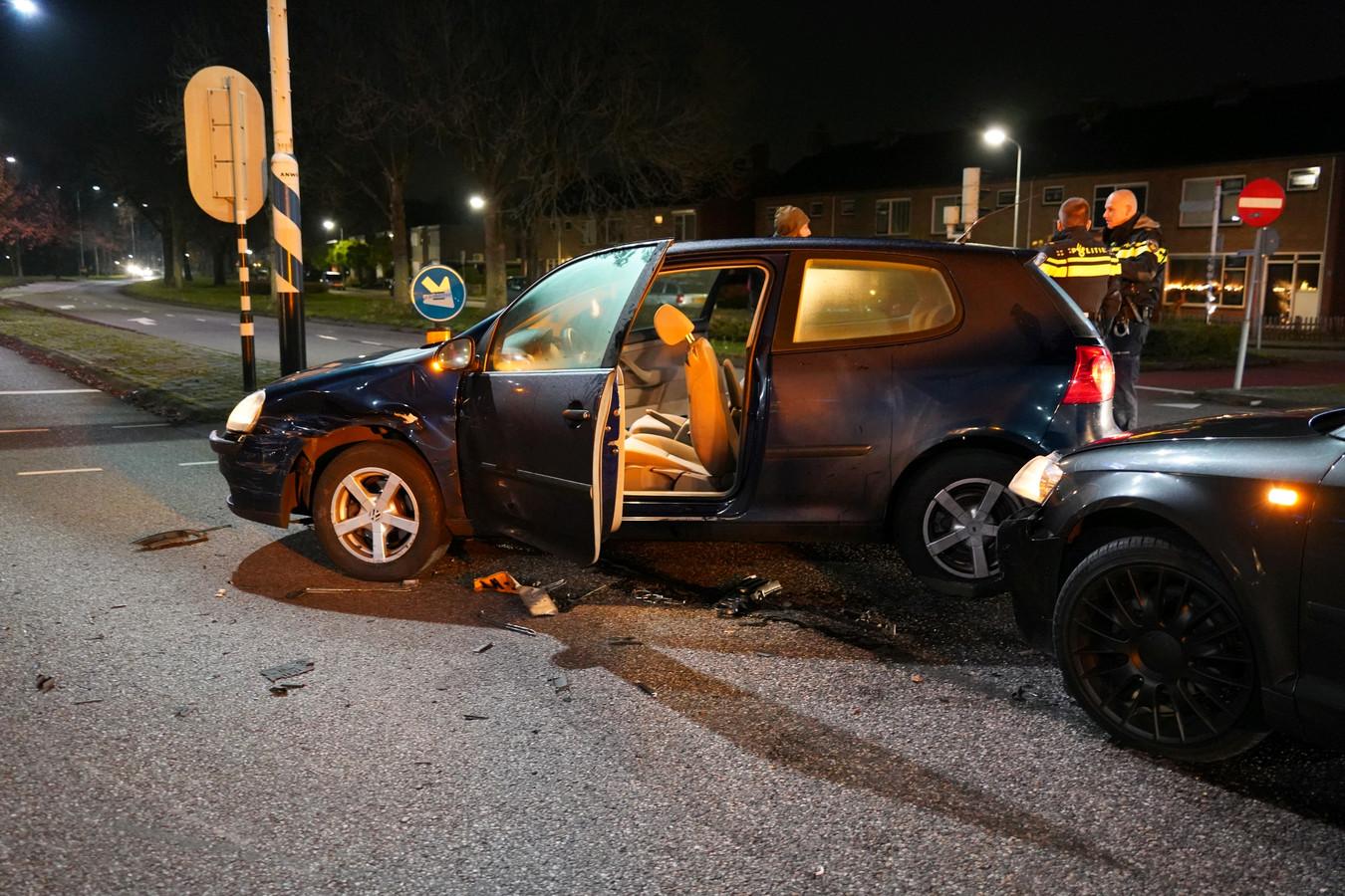 De blikschade is groot na een botsing tussen twee auto's in Zevenaar. Niemand raakte gewond.