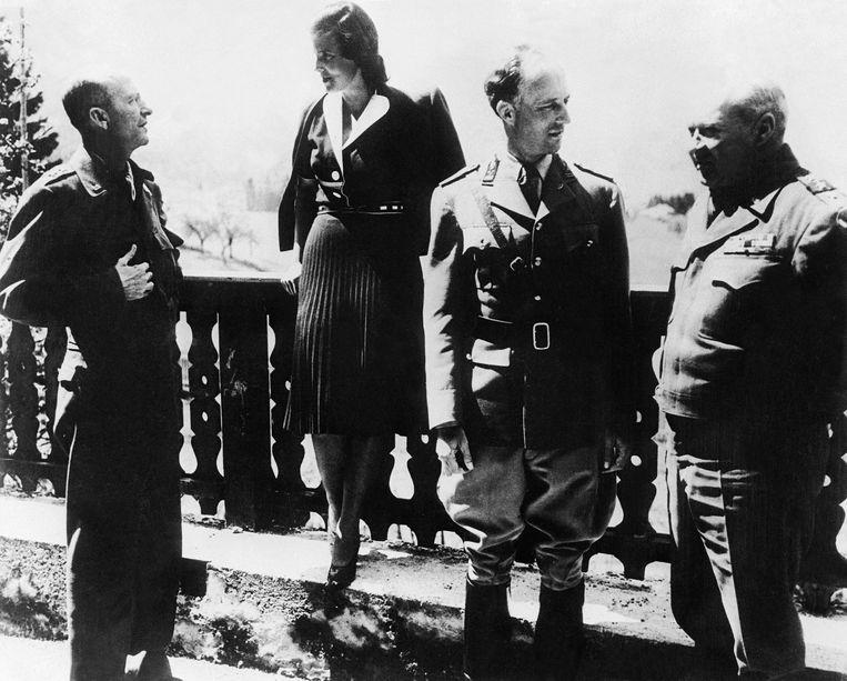 Leopold III en zijn vrouw Lilian Baels naast de Amerikaanse generaals Patch (links) en Wade Haislip (rechts) in Strobl. Het koninklijk echtpaar was zojuist bevrijd door de Amerikanen in Strobl, nadat ze eerst door de Duitse strijdkrachten waren uitgewezen naar Duitsland en vervolgens naar Oostenrijk, na de geallieerde landing in juni 1944. Beeld Gamma-Keystone via Getty Images