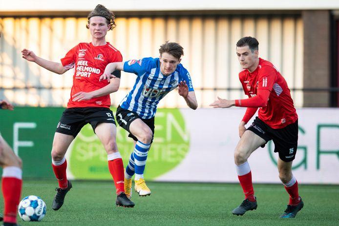 Mitchel van Rosmalen namens FC Eindhoven tegen Helmond Sport. De jongeling is komend seizoen ook weer van de partij.