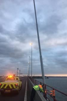 Instabiele lichtmasten Haringvlietbrug verstevigd, later definitieve maatregelen