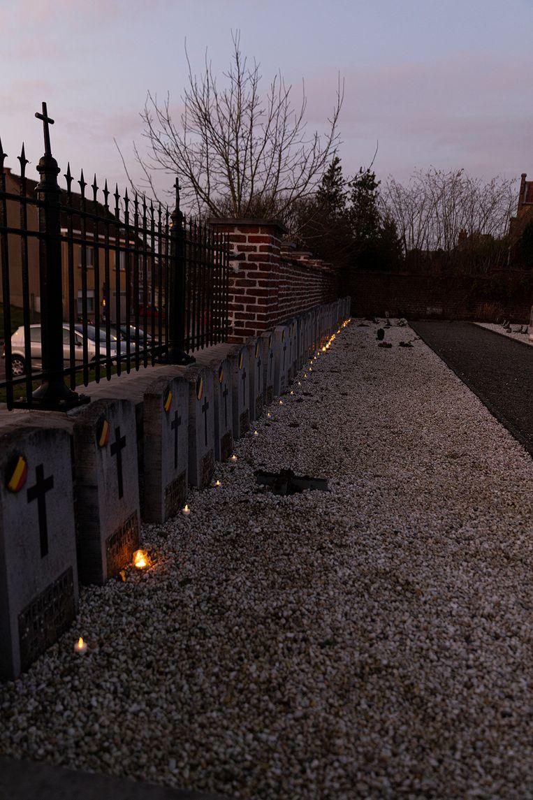 Ook op de begraafplaats van Mere plaatsten vrijwilligers lichtjes op de graven.
