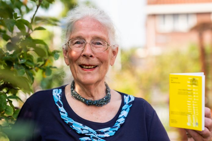 Christina de Jong pleit voor het gele boekje als geldig Corona-toegangsbewijs voor ouderen zonder mobiele telefoon.