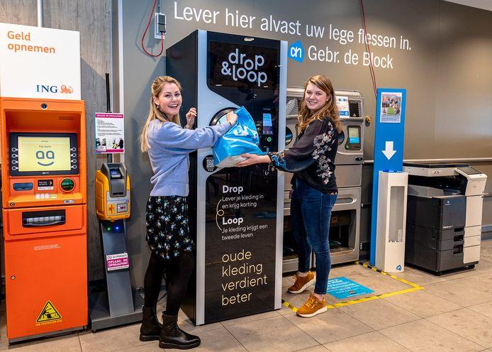 Carlijn Oosthoek en Susan de Vries hopen met hun Drop and Loop-punten dat meer kledingstukken een tweede leven krijgen of gerecycled worden. Het eerste punt staat nu in de AH de Block Crimpenhof in Krimpen aan den IJssel.