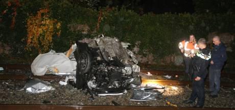 Auto midden op spoorwegovergang in Boxtel en wordt geramd door trein, bestuurder ongedeerd
