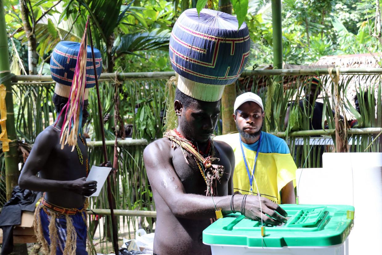 Inwoners van Bougainville brengen hun stem uit. Beeld AFP