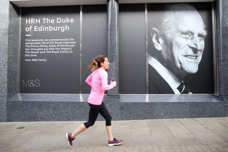 Een winkeletalage in Windsor brengt hommage aan de overleden Philip.  Beeld REUTERS