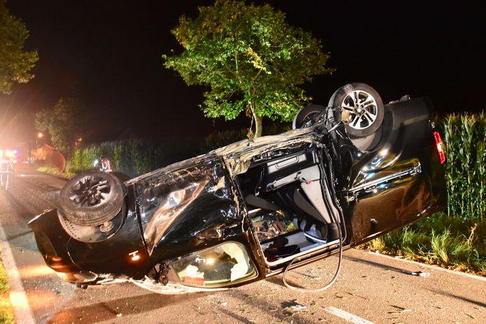 De zwaargehavende Opel Vivaro kwam uiteindelijk in het midden van de rijweg op z'n dak tot stilstand.