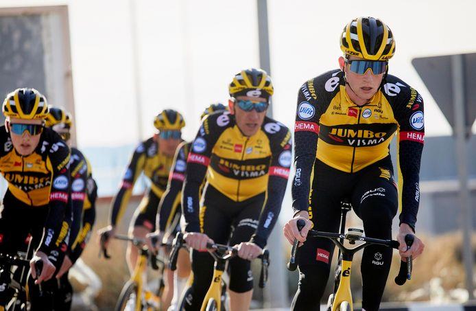 Nathan Van Hooydonck (rechts) werkt zaterdag tussen Gent en Ninove zijn eerste competitiekilometers van 2021 af.