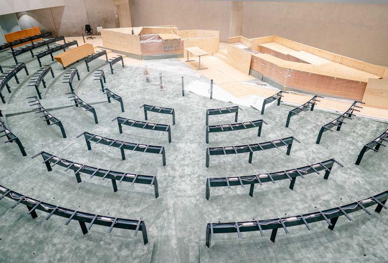 Een overzicht van de plenaire zaal in de tijdelijke huisvesting van de Tweede Kamer. De Kamer verhuist tijdens de renovatie van het Binnenhof tijdelijk naar het gebouw aan de Bezuidenhoutseweg.  Beeld ANP