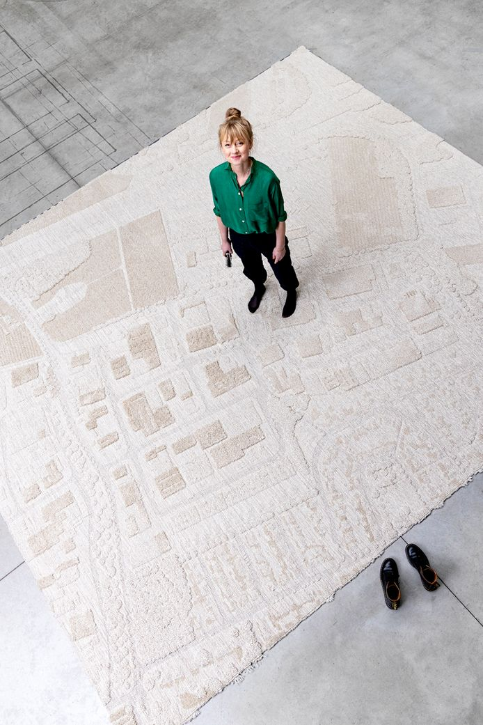 Christien Meindertsma op haar 3D-kleed, vervaardigd bij CSrugsfabriek in Asten.