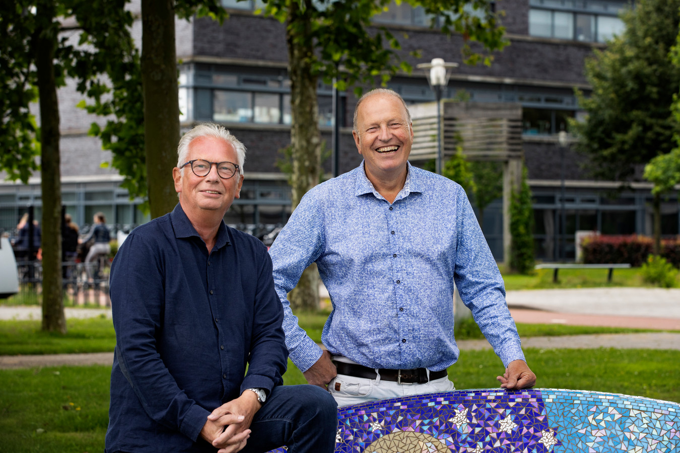 Docenten Mon Verbeek en Theet Meurs (r) namen dinsdag afscheid van het Sondervick College.