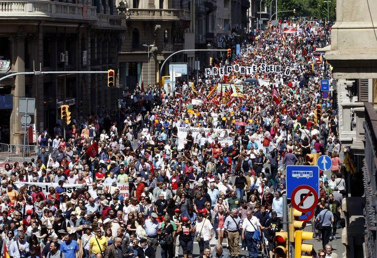 Een demonstratie in Barcelona op de Dag van de Arbeid tegen de armoede in het land. Beeld epa