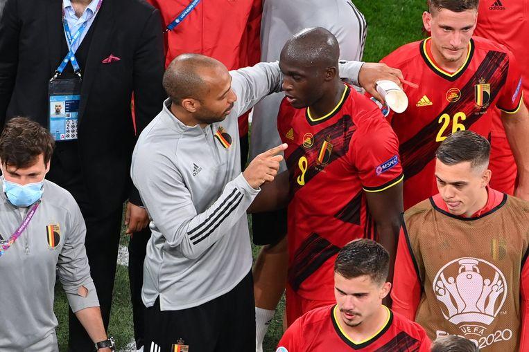 Thierry Henry spreekt Romelu Lukaku toe na de wedstrijd. Beeld Photo News