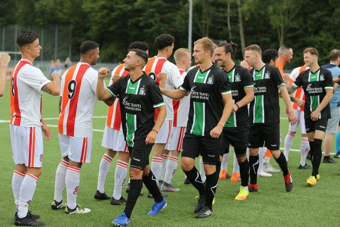 De spelers van SVC'08 en Scheveningen schudden uit voorzorg geen handen voor de vriendschappelijke wedstrijd in de voorbereiding op het inmiddels afgebroken seizoen 2020-2021.