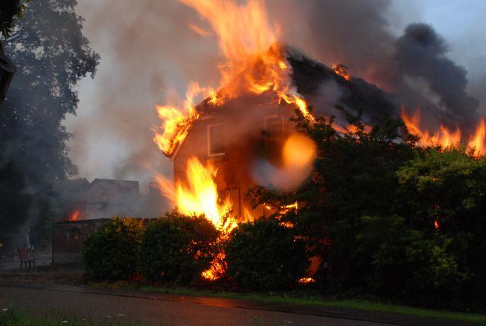 In Lettele ging een boerderij in vlammen op toen de bewoners op vakantie waren.