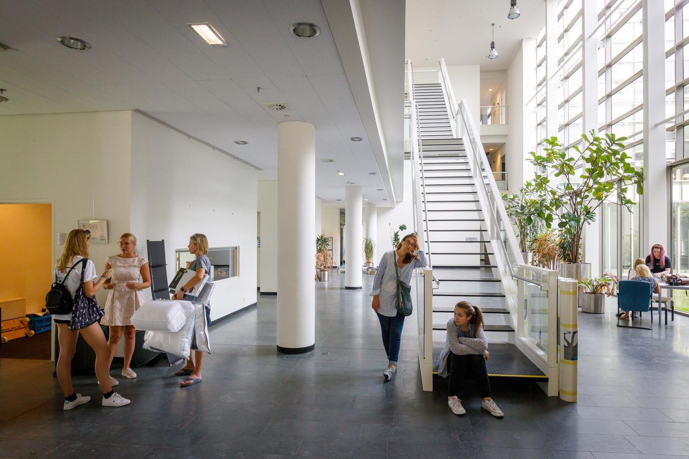 De grote lobby van het voormalige Waterschapsgebouw in Meppel waar studenten komen inchecken en huurcontracten komen tekenen.