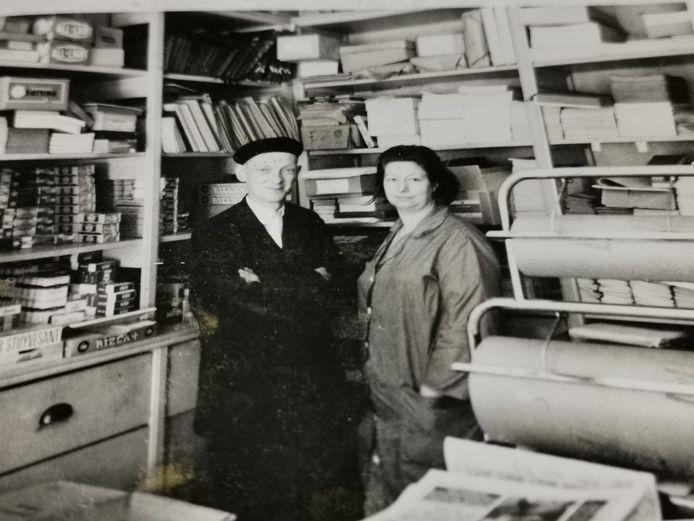 Rogier Flamand en zijn echtgenote Paula Devolder in de jaren 50 in hun zaak.