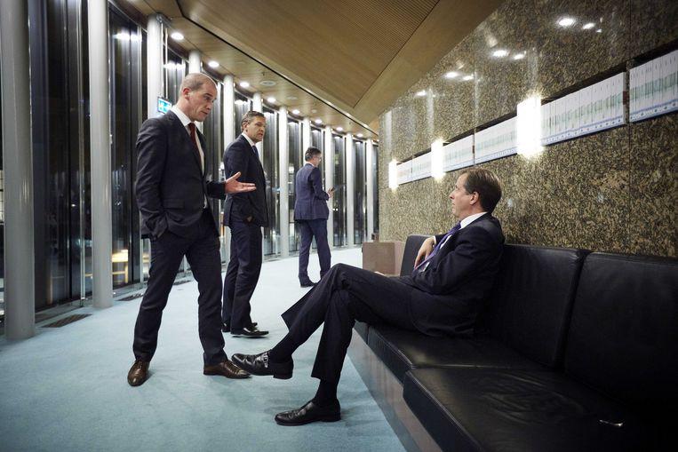 Fractieleiders Diederik Samsom (PvdA), Sybrand Buma (CDA) en Alexander Pechtold (D66) tijdens een schorsing van het debat. Beeld ANP
