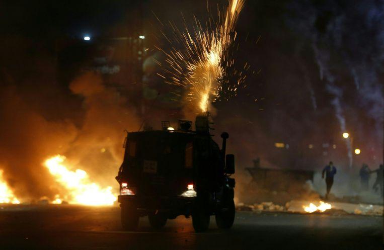 Israëlische militairen gebruiken traangas tegen Palestijnse demonstranten tijdens een anti-Israël protest in Jeruzalem. Beeld AFP