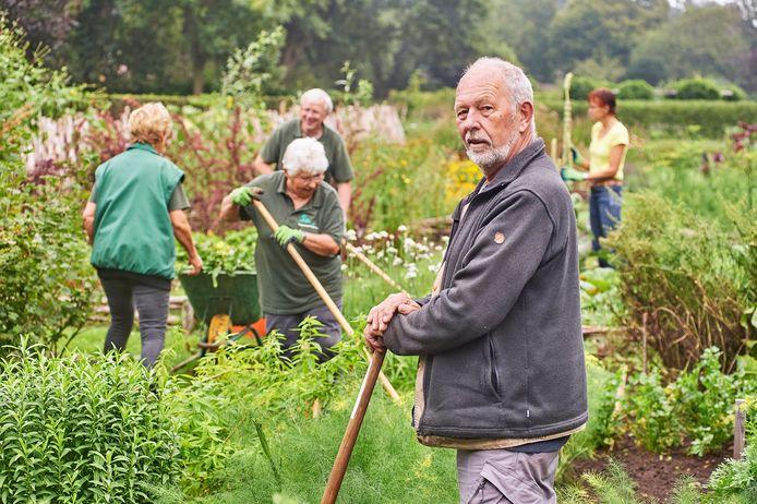 Henk Smouter (rechts voor) en vrijwilligers bezig in de groentetuin van Landerij VanTosse in Oss.