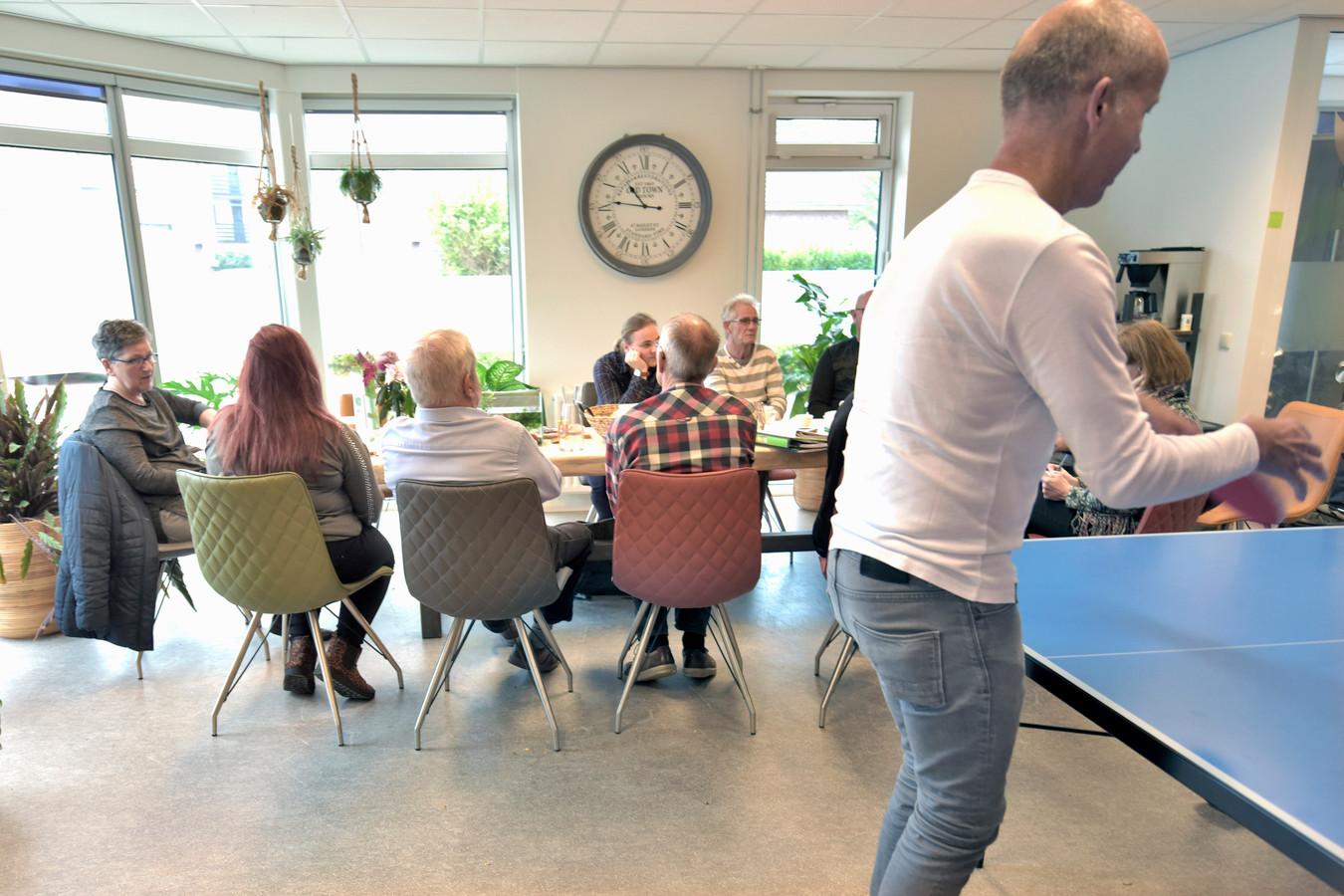 Inloophuis Odensehuis met mensen die al vroeg getroffen worden door dementie.