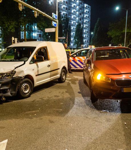 Botsing tussen twee auto's op kruising in Oosterhout
