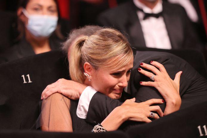 """Julia Ducournau récompensée pour """"Titane"""" dans les bras de Vincent Lindon."""