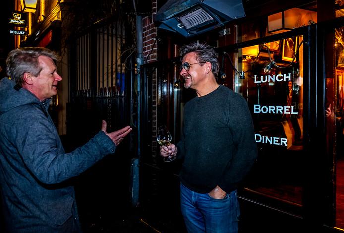 'Coronahandhaver' Rob Goes heeft een goed gesprek met horecaondernemer Richard den Hartog.
