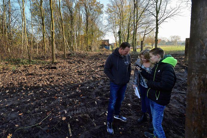 De familie de Rooij op het bewuste perceel waar ze luisteren naar ter plaatse opgenomen uilgeluiden. Ze stapten naar de Raad van State omdat waardevolle bomen gekapt zijn in de Esdoornlaan voor een woningbouwplan.