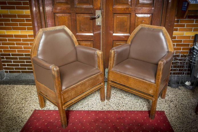 De betreffende stoelen
