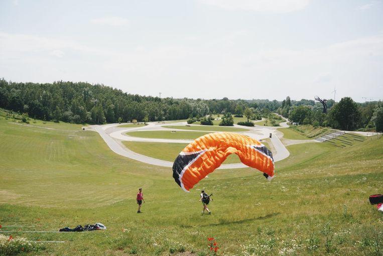 Wel een deltavlieger in provinciaal domein De Schorre in Boom, geen opbouw van Tomorrowland-podia. Beeld Wouter Van Vooren