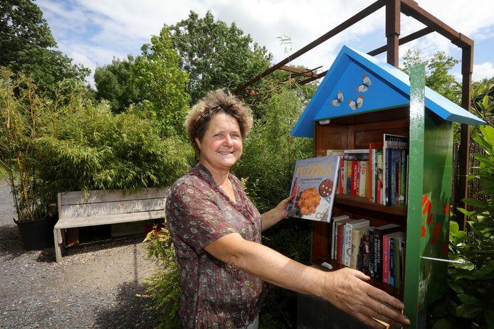 Een lezeres leent een boek van de minibib.
