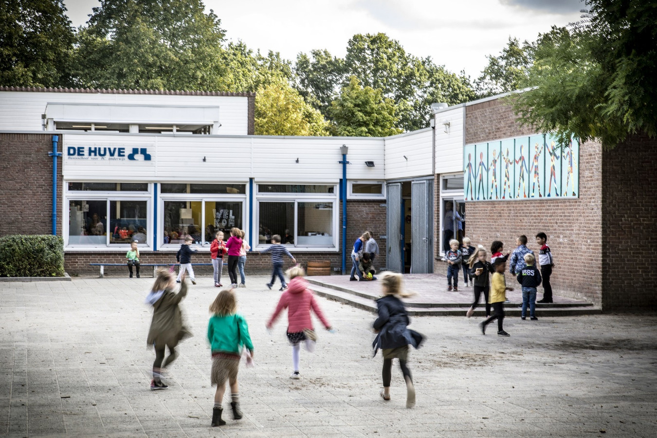 De kinderen op basisschool De Huve in Almelo speelden maandag weer vrolijk op het schoolplein, waar zich donderdag een tragisch incident voordeed.