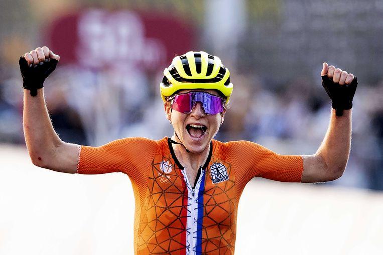 Annemiek van Vleuten juicht als ze de finishlijn van de olympische wegwedstrijd bij de vrouwen passeert. Ten onrechte dacht ze de wedstrijd te hebben gewonnen. Beeld ANP