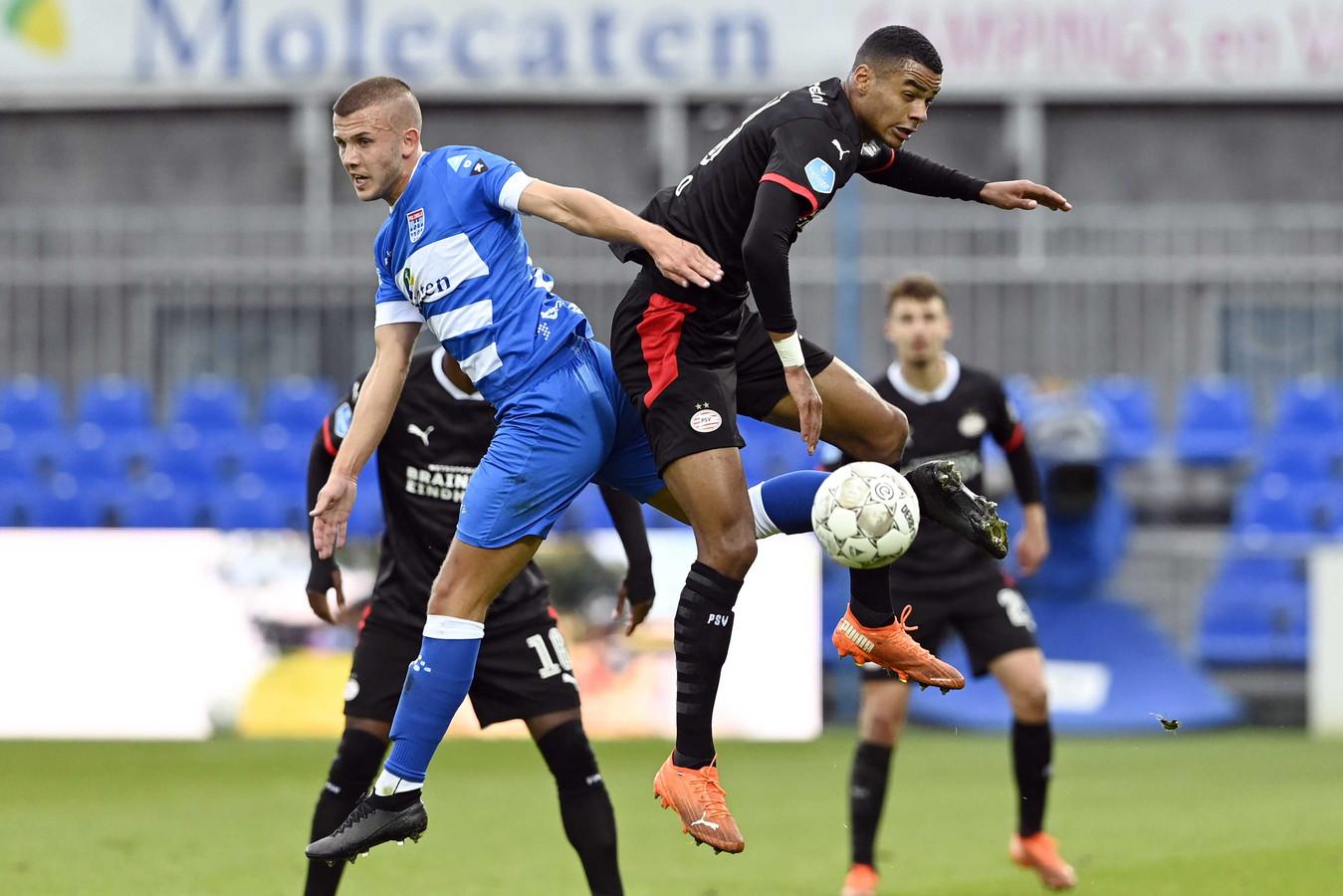 Cody Gakpo en Jesper Droste in duel in oktober, bij de wedstrijd tussen PEC en PSV in Zwolle.