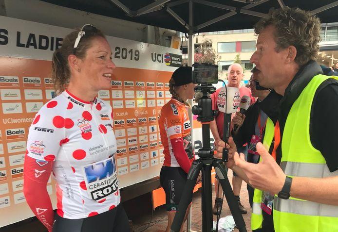 Kirsten Wild wordt ondervraagd door de media na afloop van de tweede etappe van de Boels Ladies Tour.