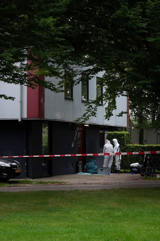 Politie en forensische recherche doen donderdag onderzoek in en om de woning op het complex van voormalig Kinderdorp Neerbosch in Nijmegen.